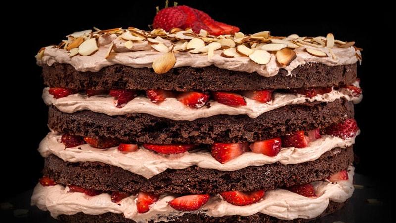 طرز تهیه کیک تولد خانگی با تزیین